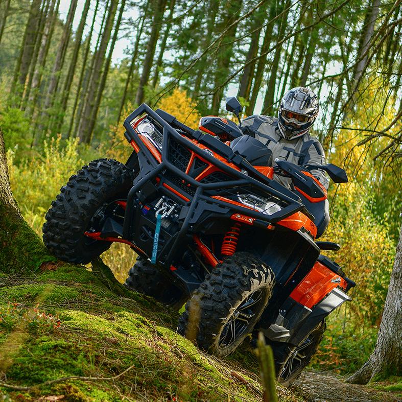 Oranje quad met bestuurder in het bos