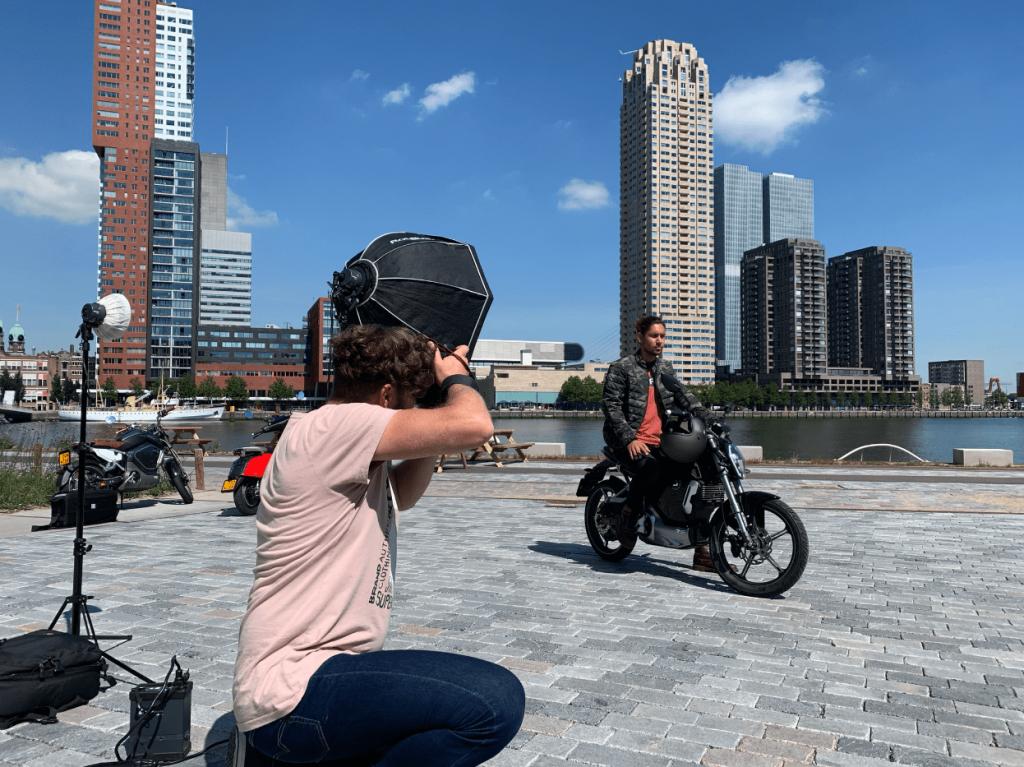 fotograaf in rotterdam aan de haven. fotografeerd man op een scooter
